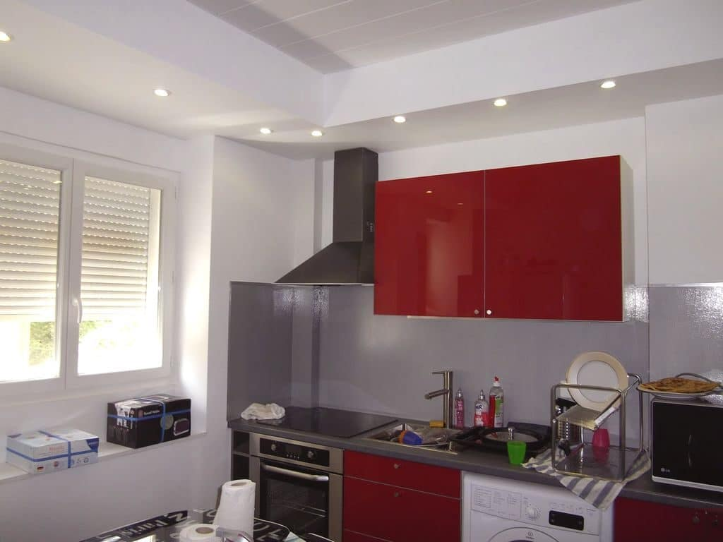 Montage et pose de meubles de cuisine, application une crédence en résine bien brillante. Faux plafond en lambris PVC.